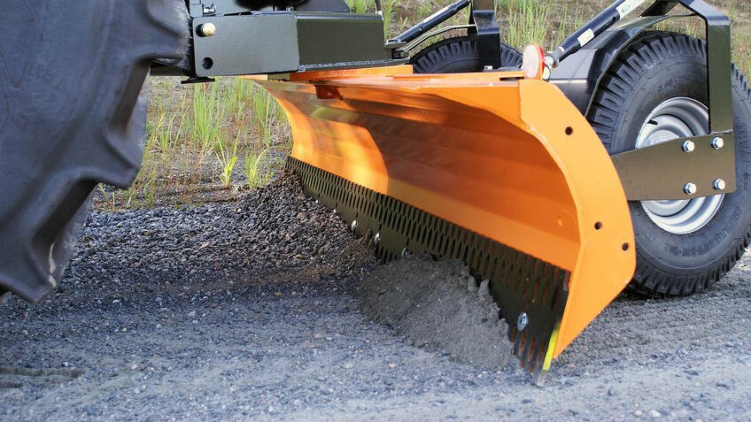 Tractor_Grader_Blade_FMG_for_gravel_road_maintenance