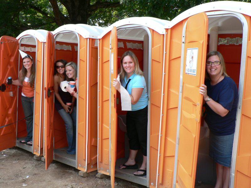 Women-in-porta-potty-800x600